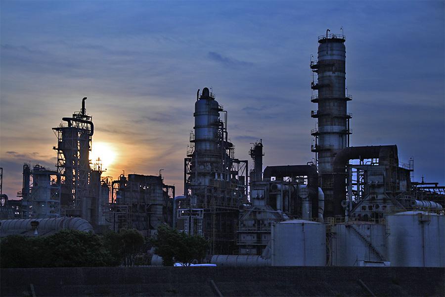 コスモ背急四日市製油所